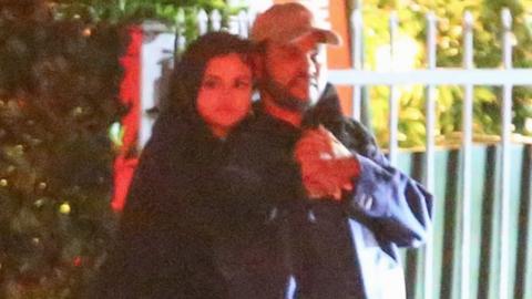 Selena y The Weeknd dieron besos y abrazos afuera de un restaurante de S...