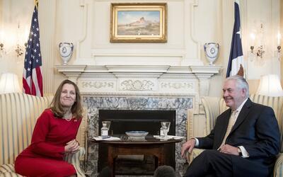 La ministra canadiense de Exteriores, Chrystia Freeland, reunida con el...