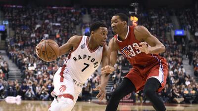 Kyle Lowry, de los Raptors de Toronto, avanza hacia la cesta junto a Bla...