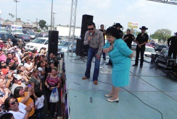 La gente estaba feliz de ver a Raúl Brindis y Carmen Salinas en la fiesta.