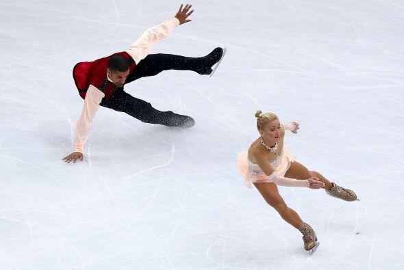 Robin Szolkowy de Alemania, cae mientras competía con Aliona Savc...