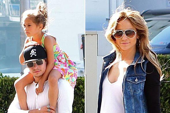 Vestida muy casual con pants, Jennifer dejó que su galán cuidara de Max...