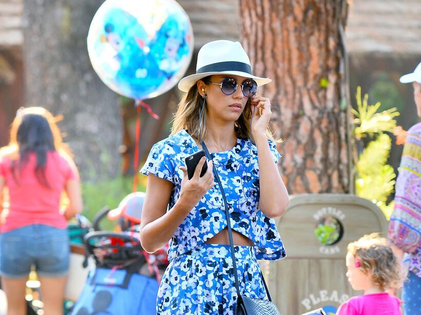 Jessica Alba y su familia en Disney