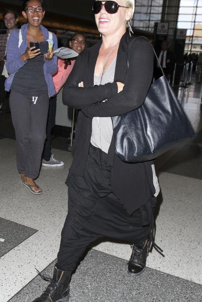 ¡Por favor no imiten el atuendo de Pink! Esos pantalones son horri...