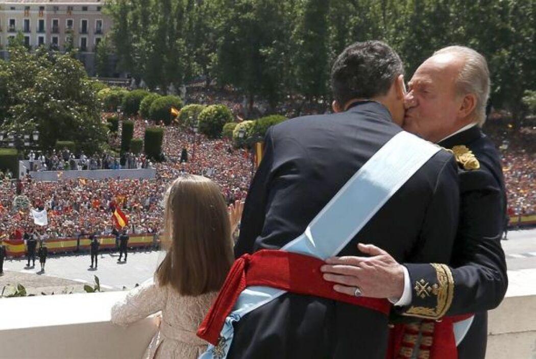 A su vez Juan Carlos no dudó en abrazar y besar a su hijo Felipe VI.