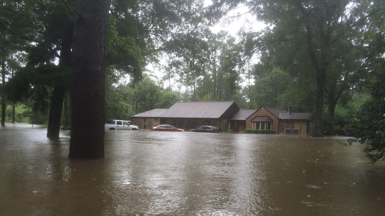 La propiedad de Tony Perkins en medio de las inundaciones que lo obligar...