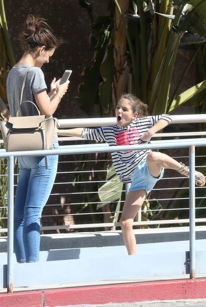 Katie comenzó a sacarle fotos a su nena con su teléfono.