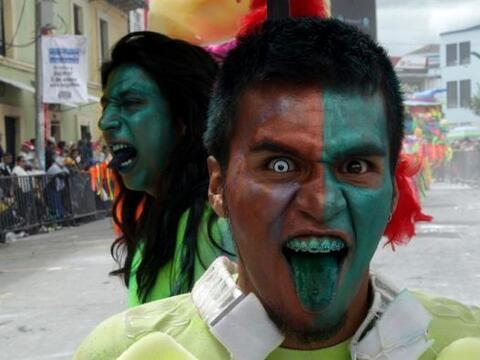 """Participantes en el Carnaval de Negros y Blancos desfilan durante el """"Di..."""