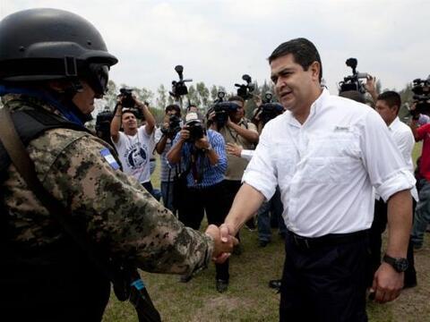 El presidente hondureño, Juan Orlando Hernández, a su lleg...