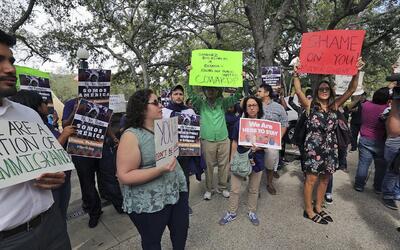 Defensores de inmigrantes protestan contra la decisión del alcald...