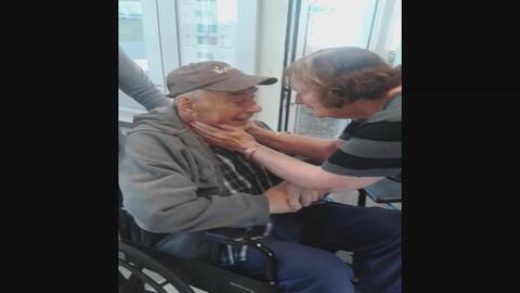 Mira la tierna reunión de estos abuelitos después de estar separados por...