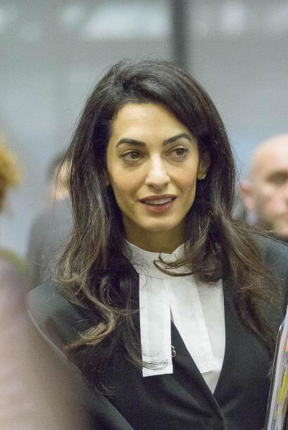 Amal está muy atenta en el juzgado.