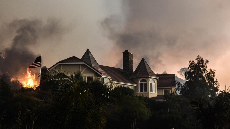Centenares de residentes de Santa Clarita han sido evacuados por el ince...