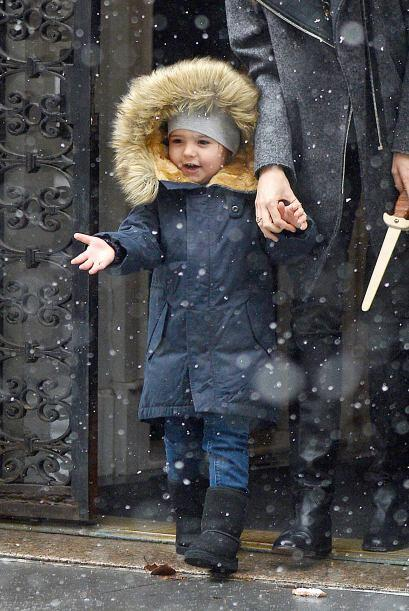 Miranda Kerr mandó al pequeño Flynn a jugar en la nieve con un 'outfit'...