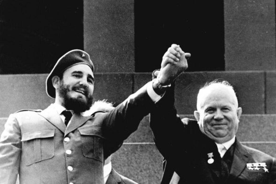 Fidel Castro y Nikita Krushchev saludando tomados de la mano, en mayo de...