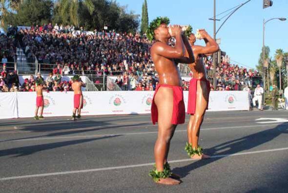 El eco de la conchas de mar anunció la llegada de Hawaii al desfile y di...