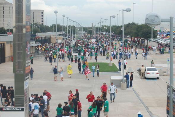 Con una serie de eventos, la explanada del estadio se iba llenando.