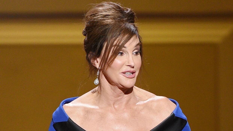 Caitlyn Jenner critica a Trump por anular la ley de baños para estudiant...
