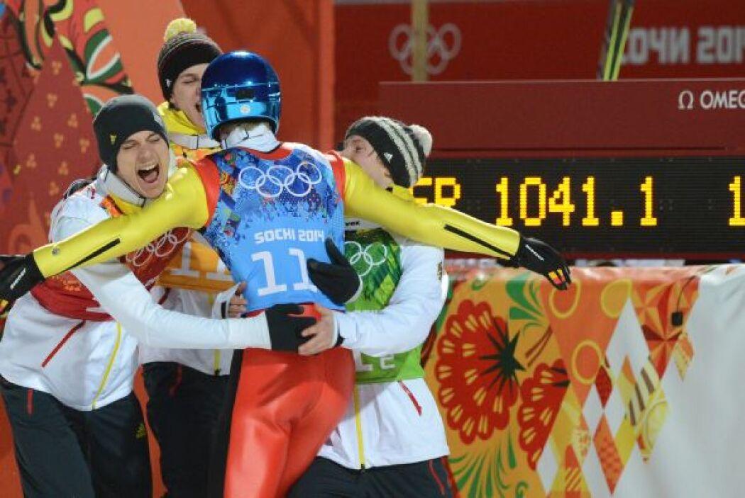El equipo alemán celebra así al ganar oro en el salto de esquí.