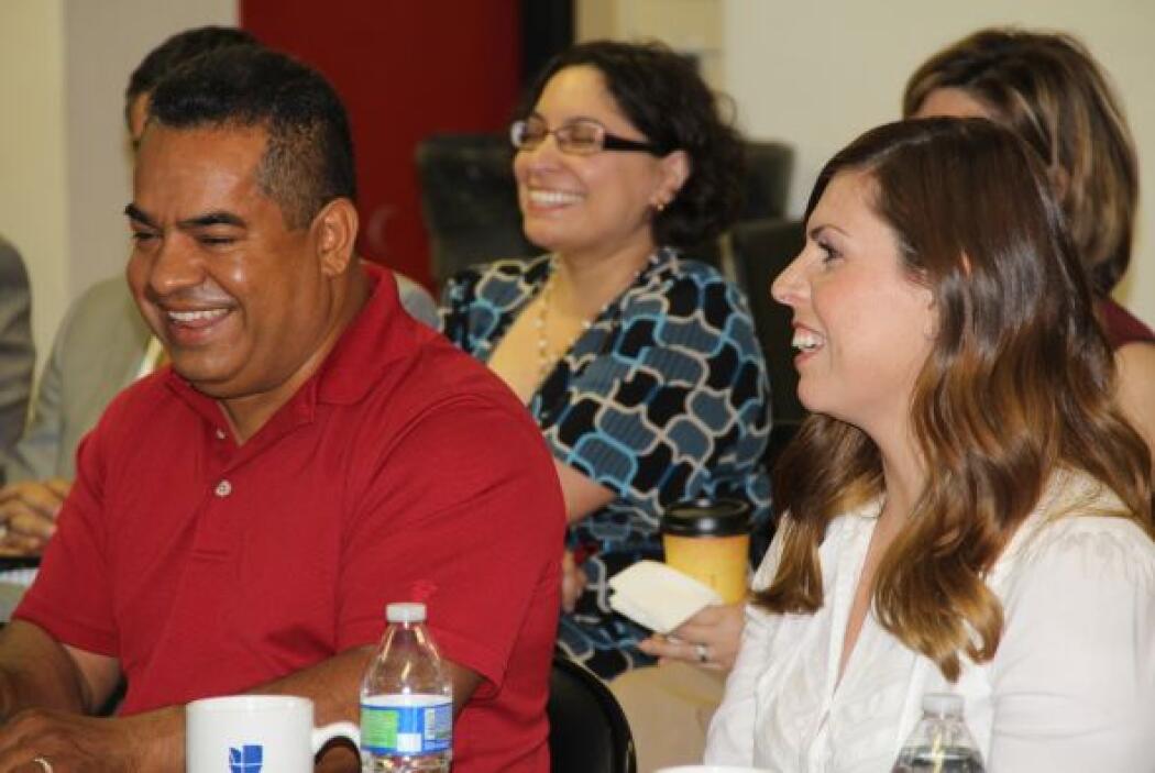 Los padres comparten sus experiencias y retos en la discusión en mesa re...