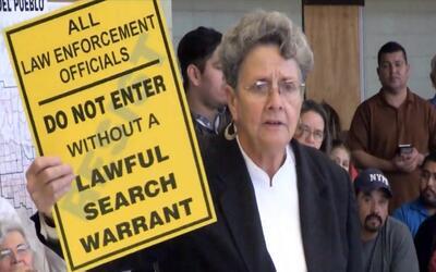 La abogada Margo Cowan explica el objetivo de colocar los letreros en la...