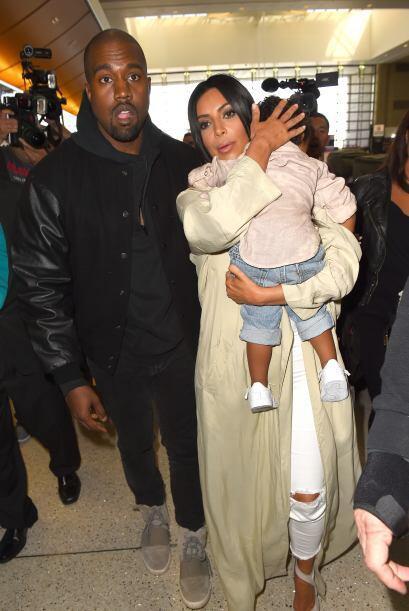 Kim protegió a su nena recargándola en su hombro.