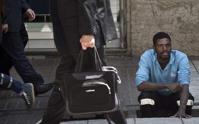 Un inmigrante haitiano trabajando en el centro de Santiago.