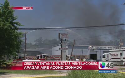Las llamas están contenidas, pero los bomberos tratan de evitar que se r...