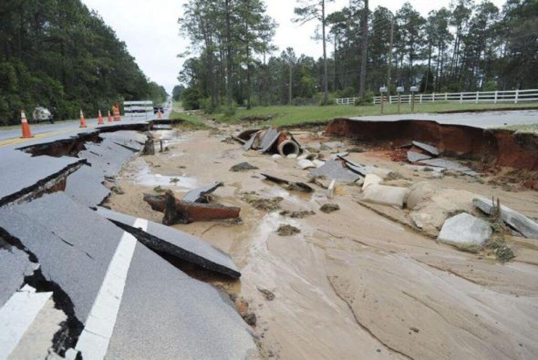 Imagen de una calzada de una carretera destrozada tras las intensas lluv...