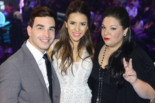 Yazaira con Víctor y Aly Villegas en el foro.