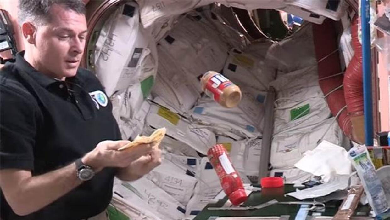 La NASA muestra la mejor manera de comer tortilla en el espacio