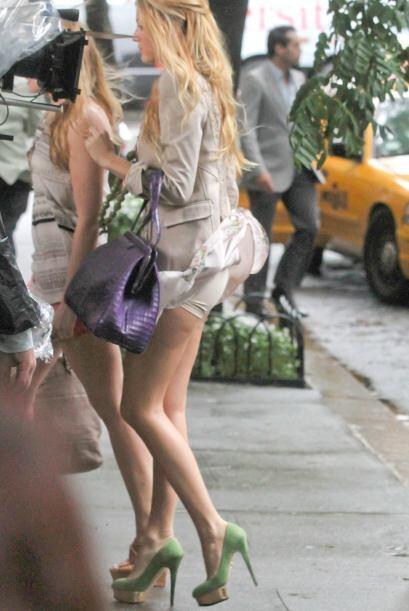 El viento también hizo de las suyas con el vestido de Blake Livel...