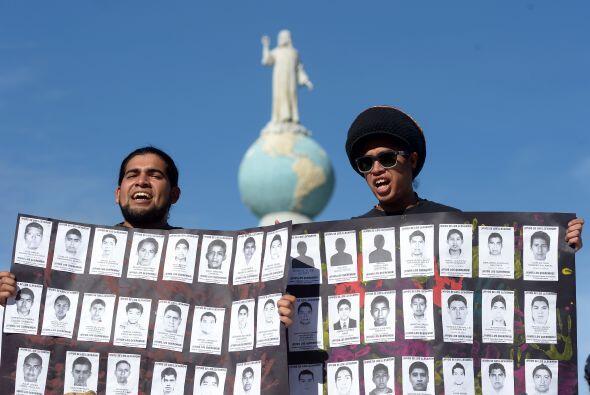 Con imágenes de los 43 desaparecidos mexicanos, exigen justicia en la Pl...