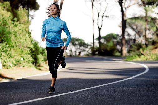 Correr es otro buen deporte que te permite bajar de peso dependiendo úni...