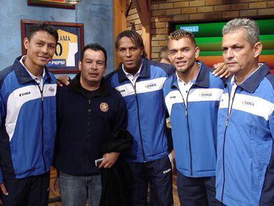 El productor hondureño, Max, no quiso perderse la foto con sus paisanos.