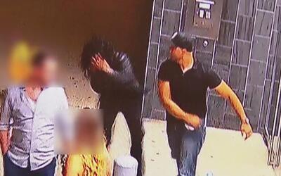 Captado en cámara: hombre da tremendo golpe a una guardia de seguridad e...