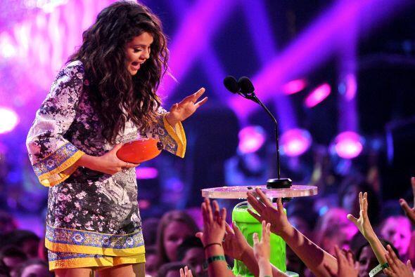 Selena Gomez también aceptó su trofeo. Mira aquí los videos más chismosos.