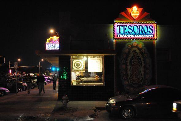 La fachada de esta tienda de arte popular mexicano y de otras latitudes...