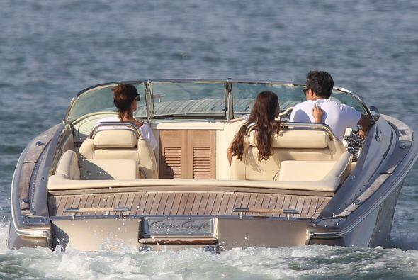 Y en la mar la familia se fue a pasear para disfrutar de la calma de las...