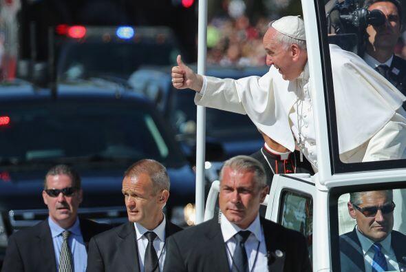 El pontífice saluda a la multitud desde el Papamóvil.