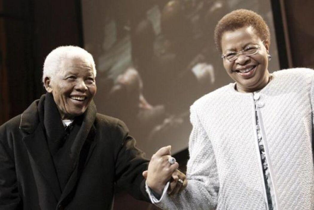 1993: Mandela recibe el Premio Nobel de la Paz, compartido con el entonc...