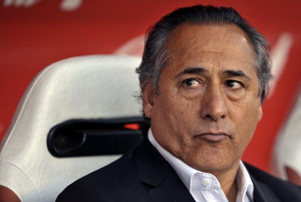 La imagen de preocupación del técnico Juan José López de River. La derro...