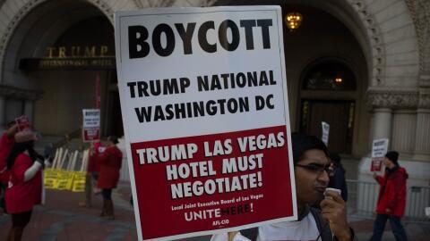 Un manifestante con una pancarta a favor de boicotear los hoteles del ca...