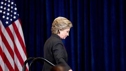 La candidata demócrata Hillary Clinton sale del escenario después de dar...