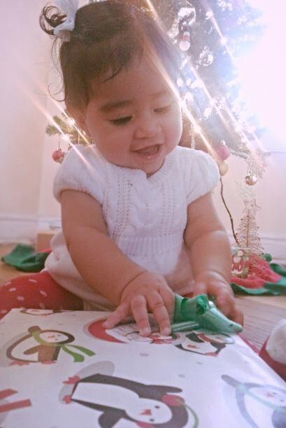 Kylie Mendiola de 8 meses espera su primera navidad en el norte de Chicago.