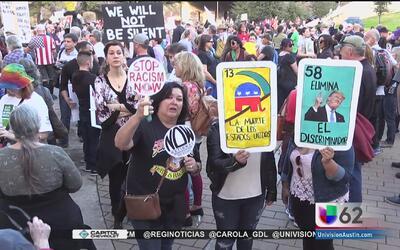 Manifestantes en Austin protestan en contra de la presidencia de Donald...