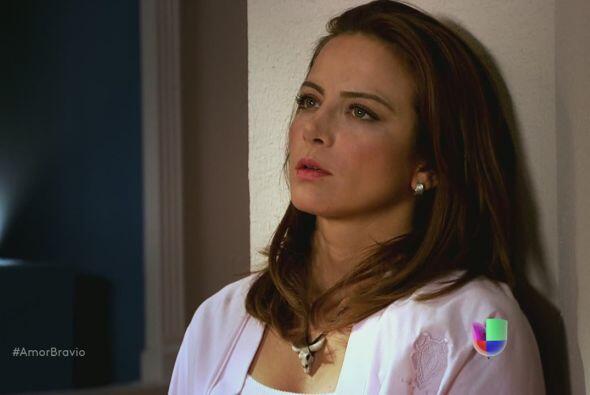 Camila suspira al saberse en una situación tan desesperada. Dioni...