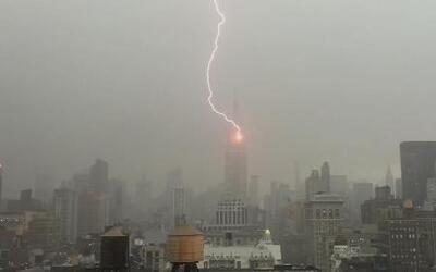 Captan en video un rayo que impacta en el Empire State