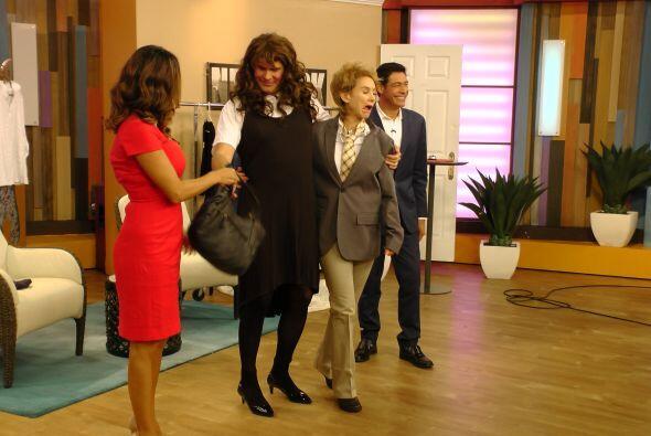 Alan también disfrutó este momento con un vestido negro y...