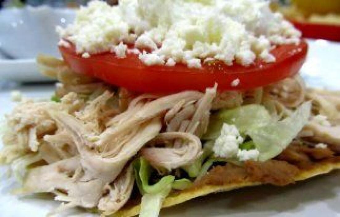 Fiesta de pollo: Esta vistosa ensalada de pollo es tan completa que bien...